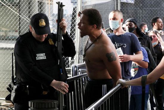 المتظاهرون يحتكون برجال الشرطة فى محيط البيت الأبيض
