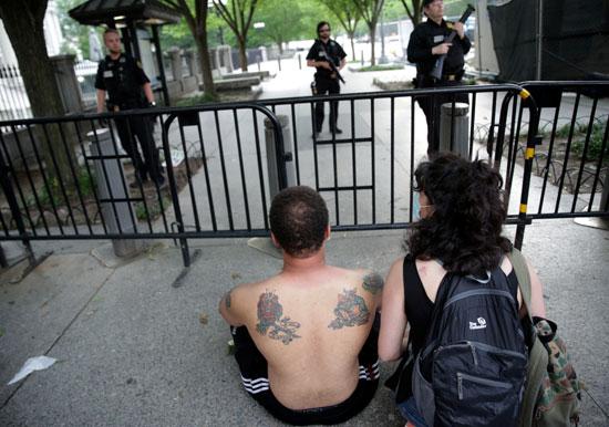 المحتجون يجلسون أمام البيت الأبيض