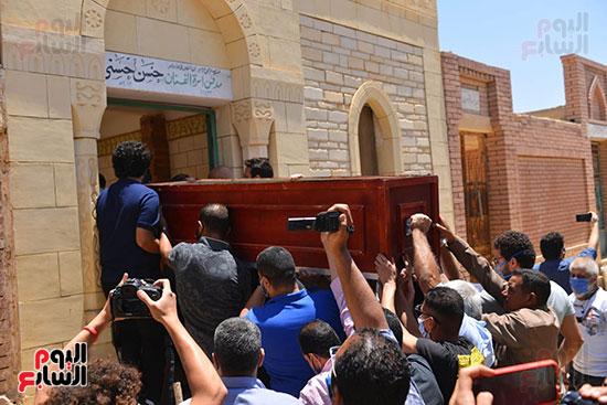 جنازة حسن حسني والحزن علي رحيله من محبيه واقاربه  (3)