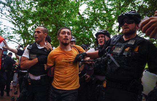الشرطة تعتقل أحد المشاركين فى المسيرة المتجهة للبيت الأبيض