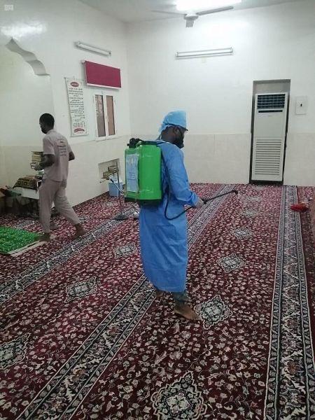 إجراءات التعقيم بالمساجد