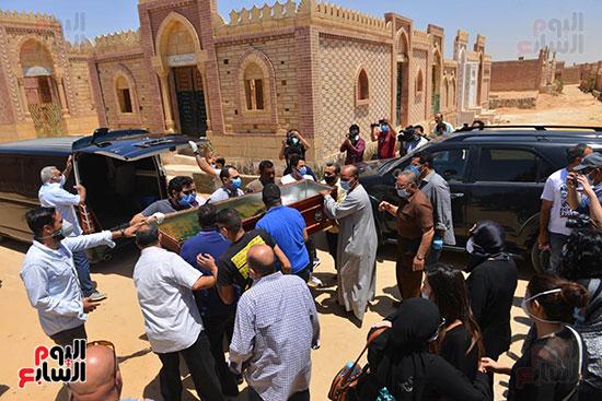 جنازة حسن حسني والحزن علي رحيله من محبيه واقاربه  (4)