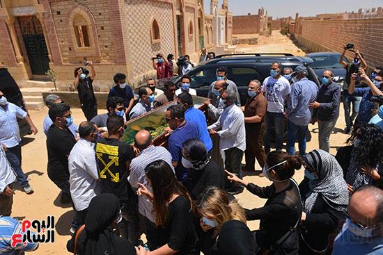 جنازة حسن حسني والحزن علي رحيله من محبيه واقاربه  (9)