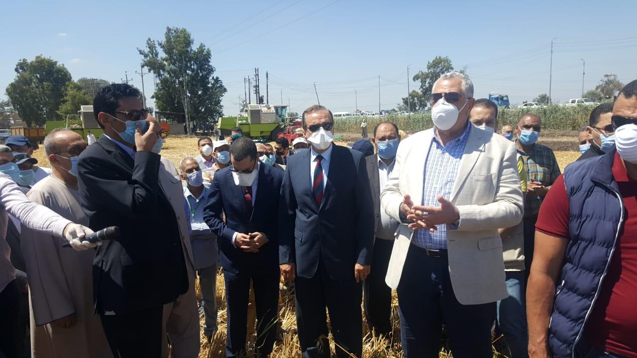 وزير  الزراعة  اثناء جولة    بمشروعات زراعية بكفر الشيخ  (12)