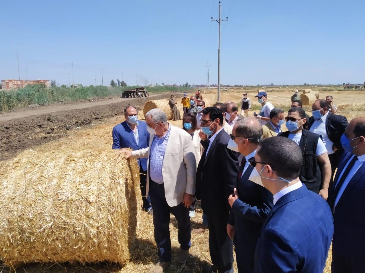 وزير  الزراعة  اثناء جولة    بمشروعات زراعية بكفر الشيخ  (5)