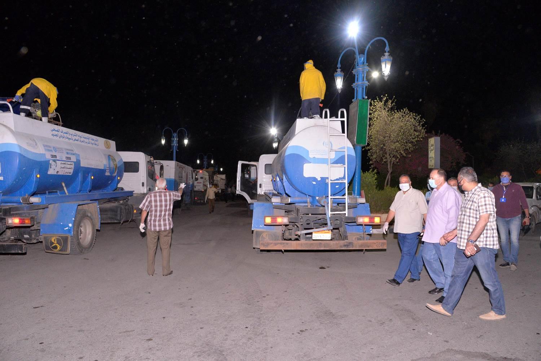 محافظ أسيوط يترأس حملة رش وتطهير الشوارع ويشهد تشغيل معدات كنس وشفط الأتربة (1)