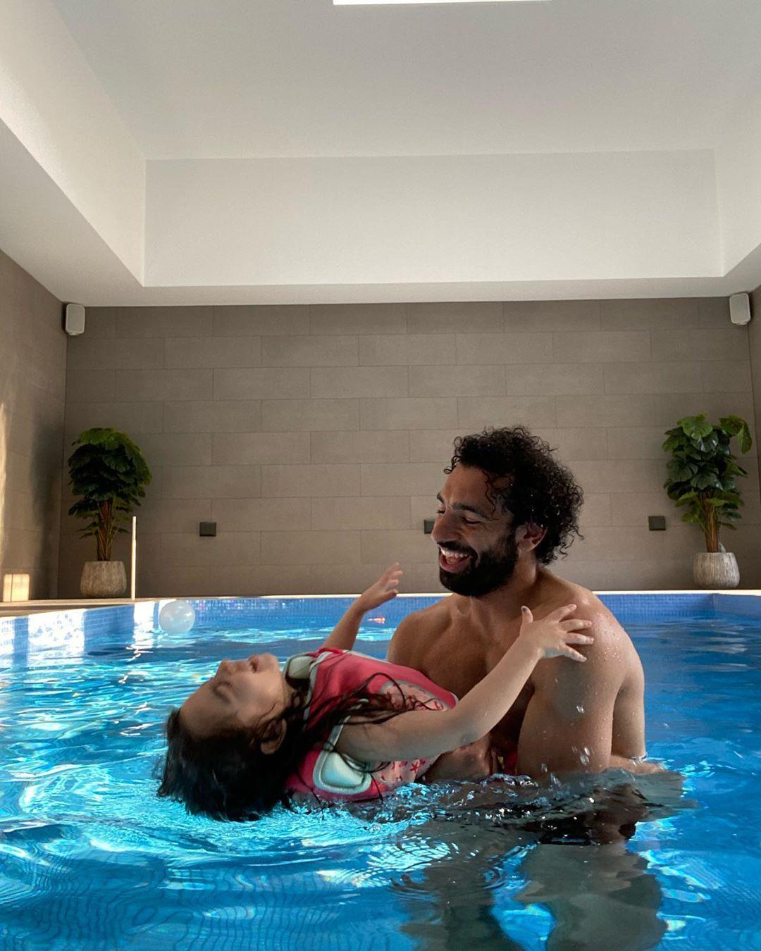 مكة ومحمد صلاح فى حمام السباحة
