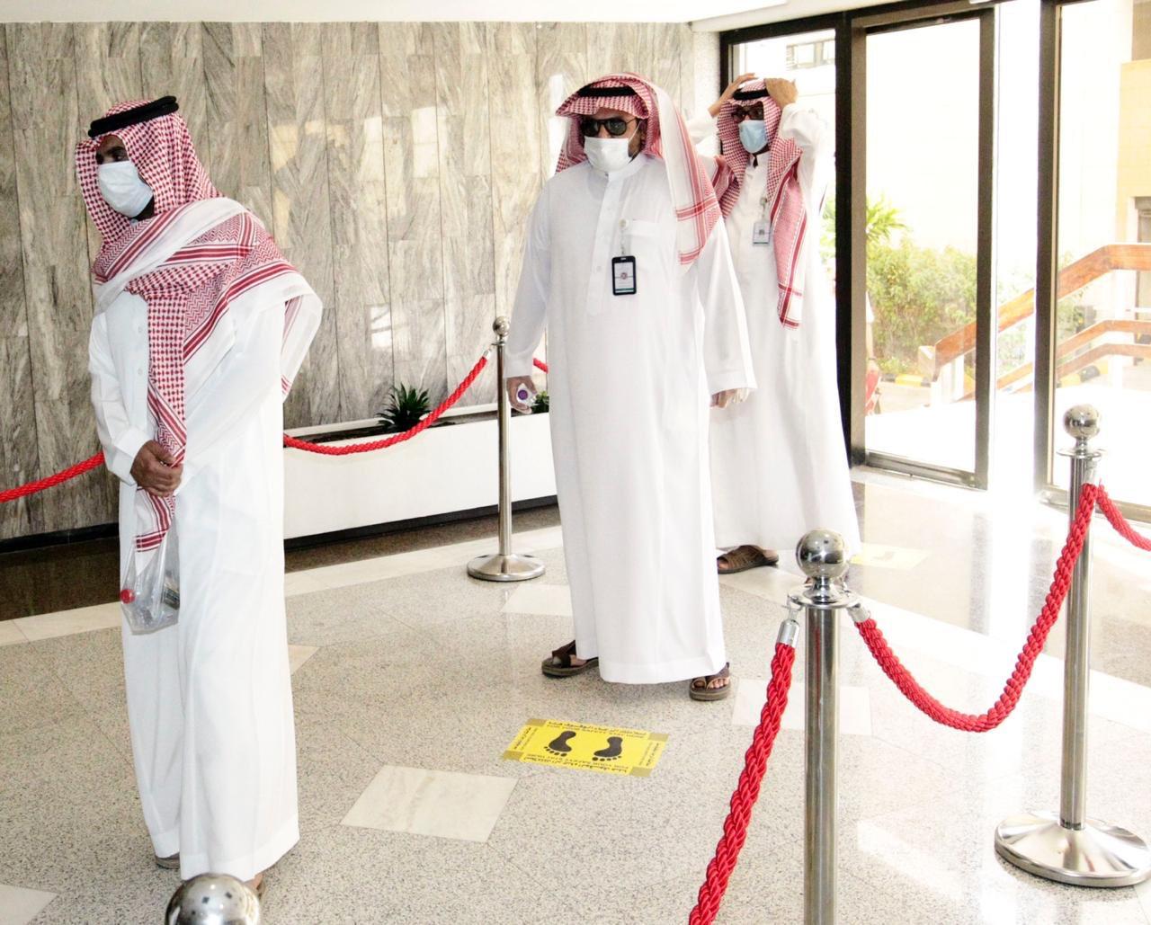 موظف الوزارة يتوافدون على مقر الوزارة