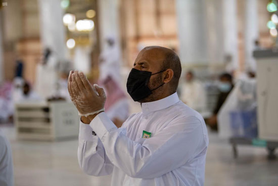 يدعو فى المسجد النبوى