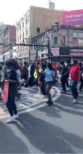 جانب من الاحتجاجات بالرقص