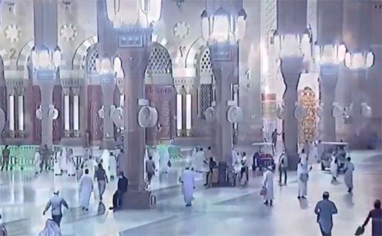 المصلون يتوافدون على المسجد النبوى