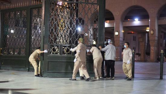 فتح أبواب المسجد النبوى استعدادا لصلاة الفجر