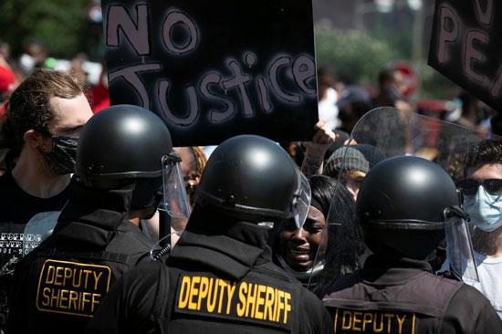 الشرطة والمحتجون