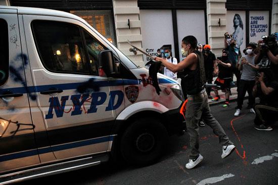 المحتجون يشتبكون مع الشرطة