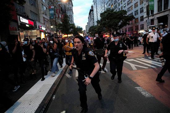 الشرطة تحاول السيطرة