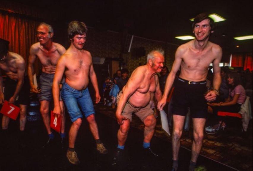 لقطة للمشاركين في إحدى مسابقات الركبتين سيئة السمعة في المخيمات
