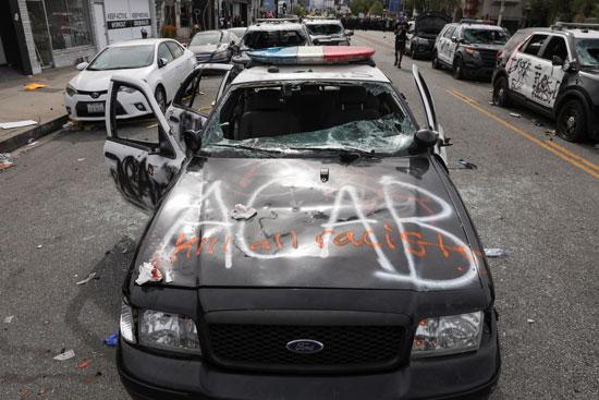 سيارة شرطة عقب تدميرها