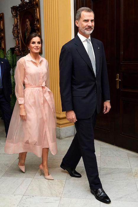 الملكة ليتيسيا في فستان أورجنزا