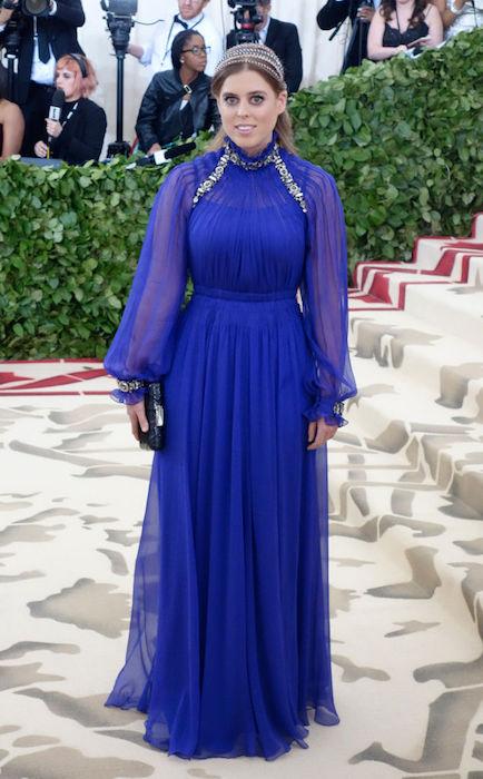 الأميرة بياتيرس في فستان أزرق
