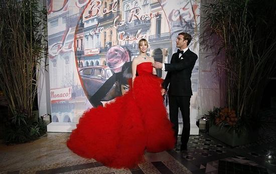 بياتريس بوروميو في فستان أحمر رائع