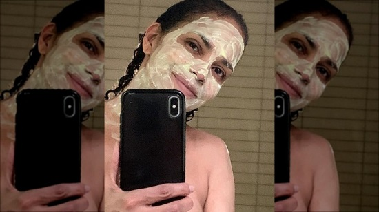 how-to-make-halle-berrys-go-to-face-mask-1588700061