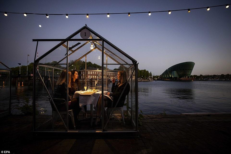 مطعم هولندى يصمم غرفا زجاجية لمنع تفشى كورونا (5)