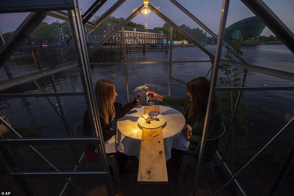 مطعم هولندى يصمم غرفا زجاجية لمنع تفشى كورونا (6)