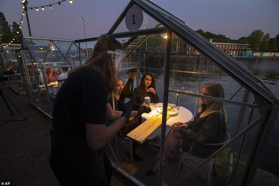 مطعم هولندى يصمم غرفا زجاجية لمنع تفشى كورونا (7)