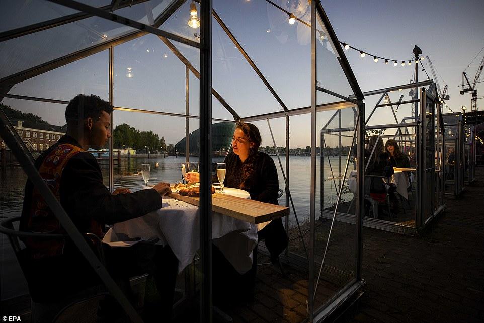 مطعم هولندى يصمم غرفا زجاجية لمنع تفشى كورونا (4)