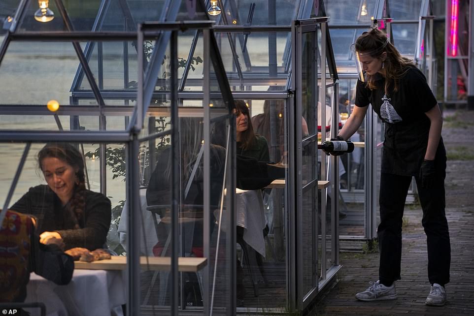مطعم هولندى يصمم غرفا زجاجية لمنع تفشى كورونا (3)