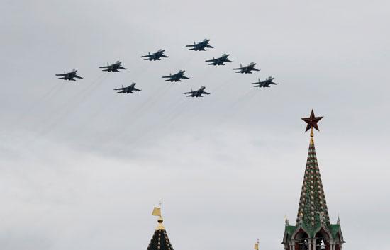 المقاتلات الروسية تنظم عروض جوية بوسط موسكو