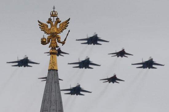 المقاتلات الروسية تنظم عروض جوية بالساحة الحمراء