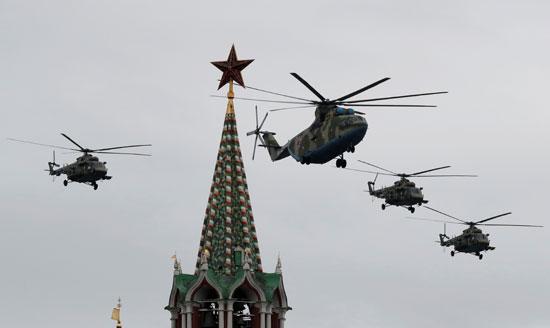 طائرات الهليكوبتر أعلى الساحة الحمراء