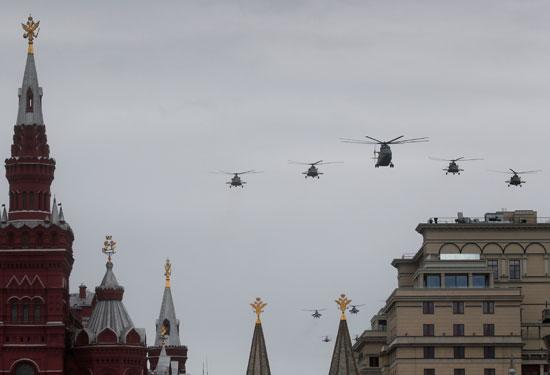 طائرات الهليكوبتر تنظم عروض بوسط موسكو