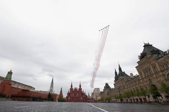 الطائرات الروسية ترسم علم روسيا أعلى الكرملين