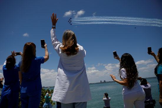 الطواقم الطبية يردون التحية للطائرات ويلتقطون الصور التذكارية