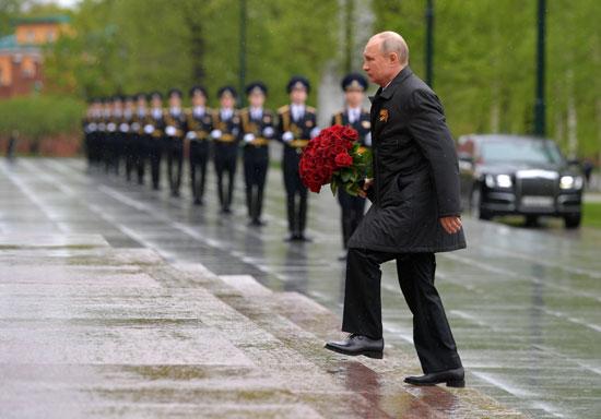 الرئيس الروسى يحمل الورود لوضعها على قبر الجندى المجهول