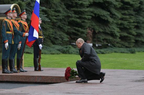 بوتين يضع الورود على قبر الجندى المجهول