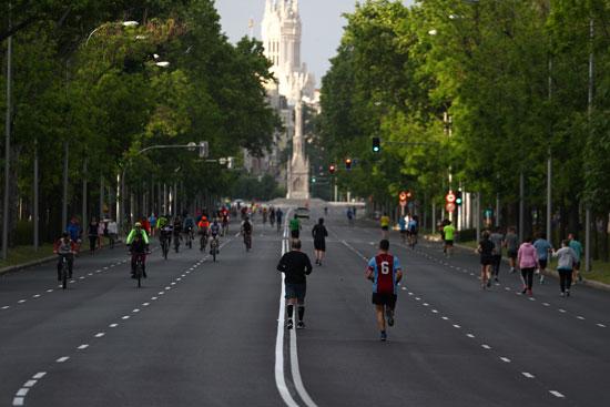 الحفاظ على التباعد الاجتماعى أثناء ممارسة الرياضة بشوارع مدريد
