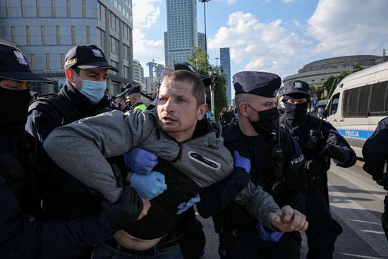 الشرطة وأحد المشاركين فى الوقفة