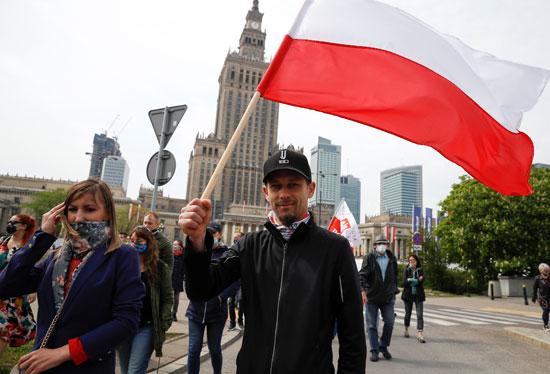 يرفع علم بولندا خلال الاحتجاجات