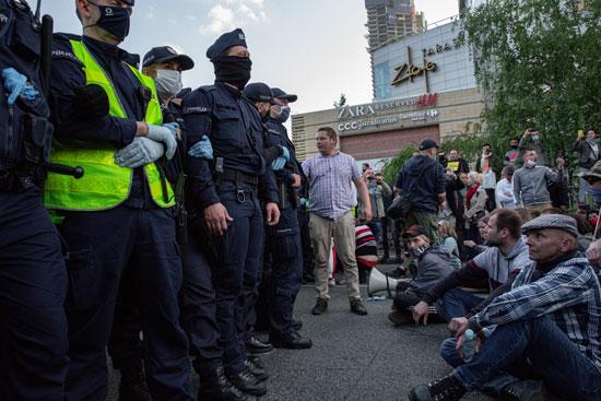 الشرطة أمام المحتجين