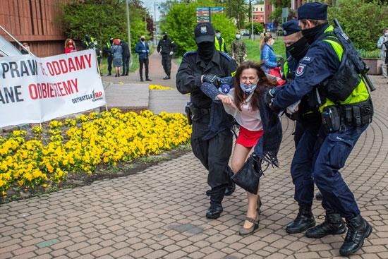 الشرطة وإحدى المشاركات فى الوقفة الاحتجاجية