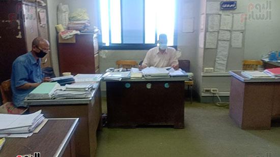 موظفو المحكمة بالكمامات أثناء العمل (11)