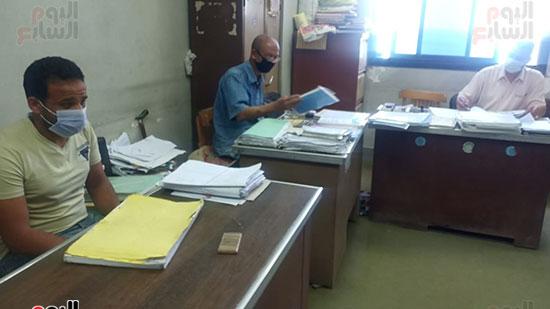 موظفو المحكمة بالكمامات أثناء العمل (10)
