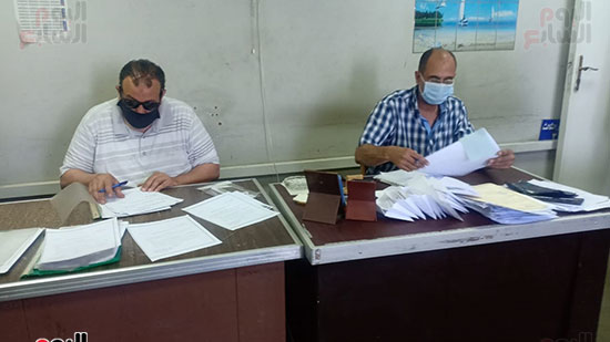 موظفو المحكمة بالكمامات أثناء العمل (9)