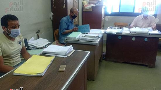 موظفو المحكمة بالكمامات أثناء العمل (1)