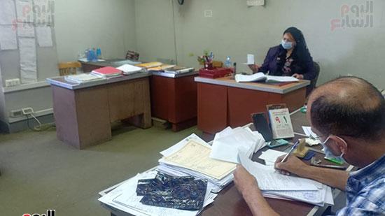موظفو المحكمة بالكمامات أثناء العمل (4)