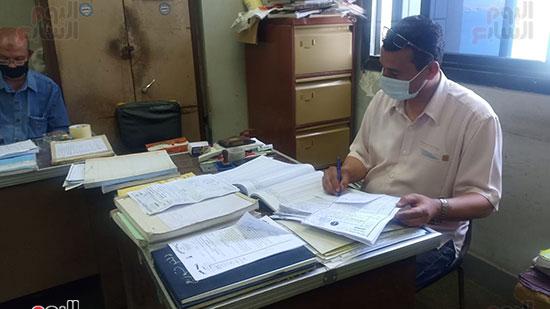 موظفو المحكمة بالكمامات أثناء العمل (3)