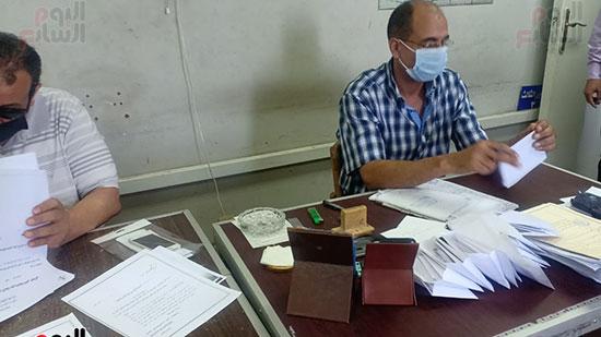 موظفو المحكمة بالكمامات أثناء العمل (6)